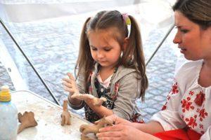 лепим с самыми маленькими на фестивале ко Дню Киева_Академия Эксперт